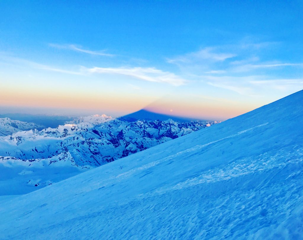 Elbrusin huippupyramidin varjo auringonnousun aikaan